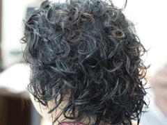 くせ毛でもショートにすれば手入れが簡単になる。